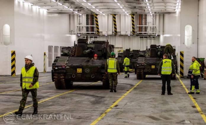 Militaire verlading in de Eemshaven voor NAVO missie in Litouwen
