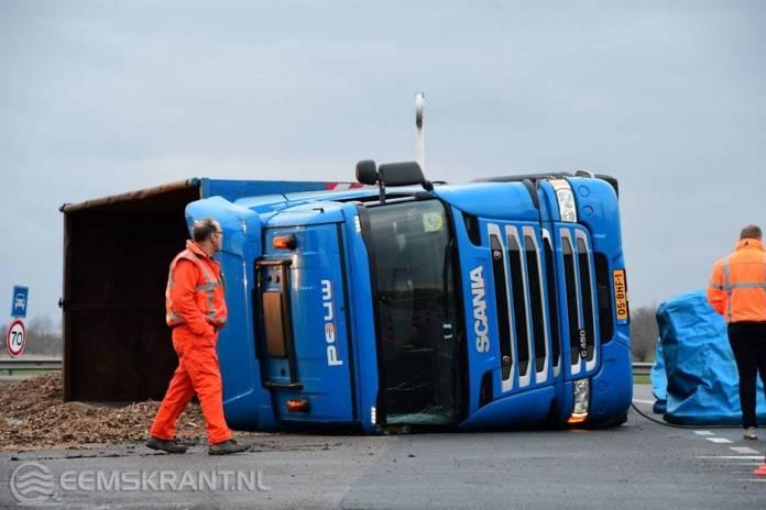 Vrachtwagen met houtsnippers gekanteld op de N362 bij Appingedam