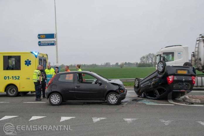 Auto belandt op zijn kop na ongeval op de N33 bij Appingedam