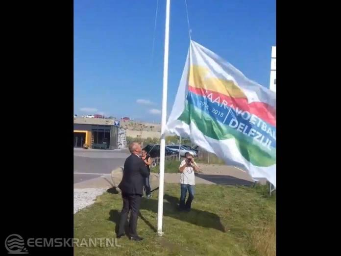 Wethouder Hans Ronde doet aftrap eeuwfeest 100 jaar voetbal in Delfzijl