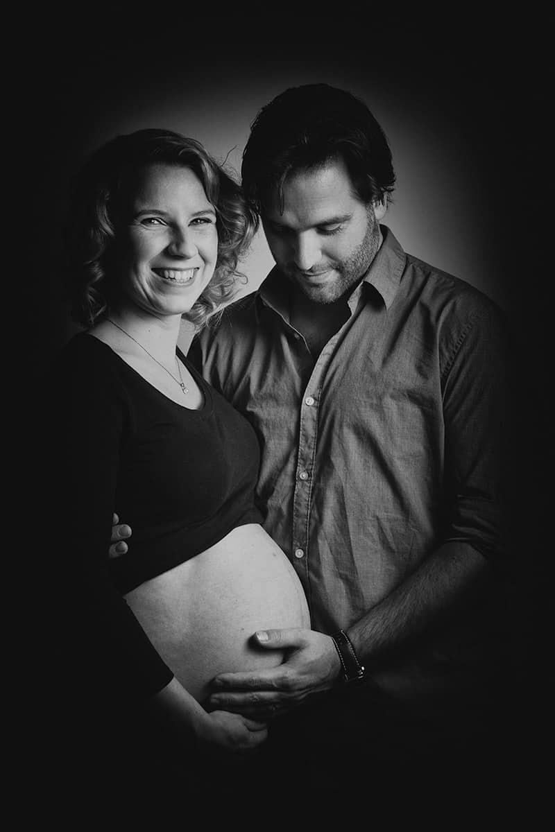 zwangerschapsfotografie fotograaf bolle buik zwanger fotostudio Nieuw-Vennep Getsewoud Hoofddorp Lisse zwart-wit foto