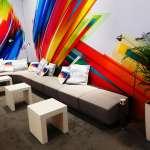 Organisation - Nahansicht Sitzecke mit Kissen und dekorativen Lampen