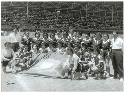 Fotografía de los dos equipos del Deportivo Femenino Costa Rica F.C. el 26 de marzo de 1950 en el Estadio Nacional. Estaban dirigidos por los hermanos Fernando y Manuel Emilio Bonilla