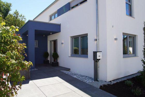 Das neue OKAL Musterhaus in Offenburg verfügt sogar über eine Aufladestation für das Elektrofahrzeug, die aus dem Hauskraftwerk von E3DC gespeist wird und so kostenlosen Strom bereitstellt. (Foto: Markus Burgdorf)