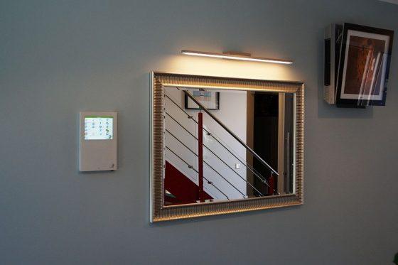Auf diesem Bild sieht man links das Touch-Panel für das komfortable Gebäudemanagement und rechts ein Lüftungselement der Luft-Wasser-Wärmepumpe. (Foto: Markus Burgdorf)