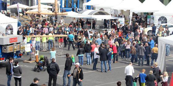 Besucher des DFH-Familientages bekommen an vielen Ständen Unterhaltung und Information rund um das Fertighaus. (Foto: DFH Deutsche Fertighaus Holding)