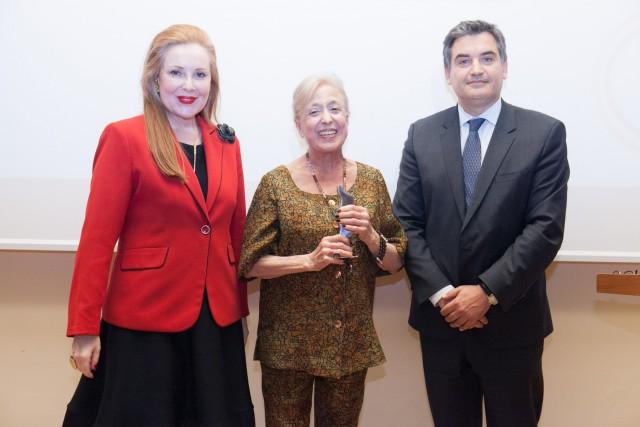 Το βραβείο απονεμήθηκε στην κ. Ματρώνα Egon Ξυλά από την Ειρήνη Νταϊφά, αντιδήμαρχο Πολιτισμού του Δήμου Πειραιά και τον καθηγητή Θάνο Πάλλη.