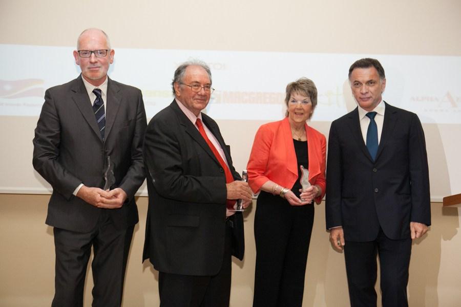 Οι Nigel Lowry, David Glass και Gill Whitaker παραλαμβάνουν το βραβείο από τον πρόεδρο της ΕΝΟΕ δρ. Αγγ. Παντουβάκη