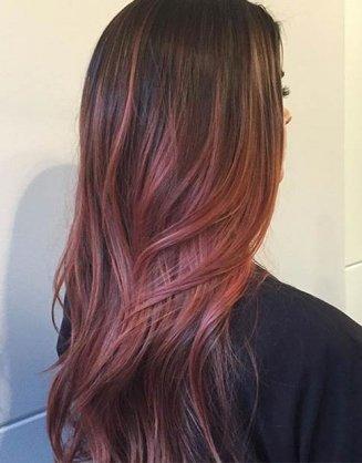 violet pramenovi na kosi