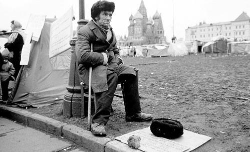 С марта 1992 г. близ Кремля ежедневно собирались ограбленные государством люди, и власть их не разгоняла - ждала, когда созреет революционная ситуация