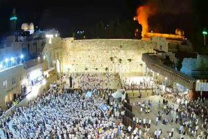 Jérusalem : des milliers de juifs dansent de joie devant les flammes palestiniennes