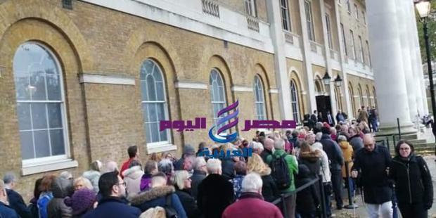 اصطفاف آلاف الزائرين امام معرض توت عنخ امون في اول يوم افتتاحه للجمهور |
