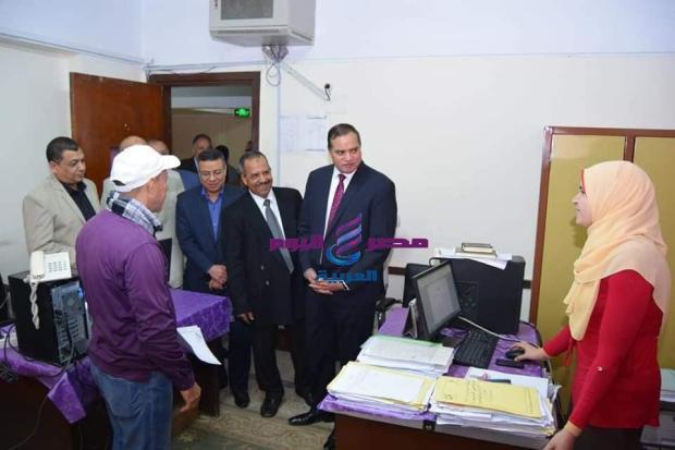 رئيس جامعة سوهاج يتفقد سير العمل بالإدارة المركزية  