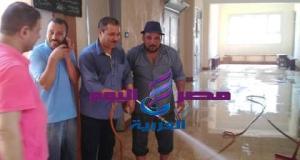 مدير مدرسة الشهيد عبدالعاطى يشارك فى مبادرة غسيل وتعقيم المدرسة