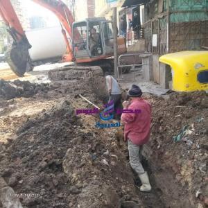 بدء العمل بخط مياه الشرب بطريق دسوق ، فوه قبل أعمال الرصف. | بدء