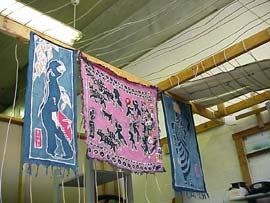 從國內買的廉價工藝品。