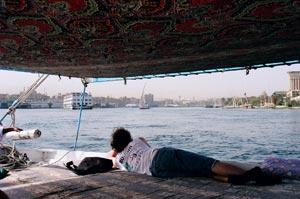 帆船的甲板上。