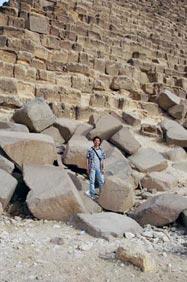走近金字塔,其實它不是斜面的,而是階梯狀的。