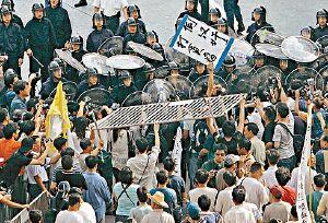 馬交五一遊行及警方開槍鎮壓,引證我於《新資本主義(五)-- 馬交的末路狂奔》指出馬交正面臨的危機。看過上述文章的讀者,必定知道我不是馬後炮,而且明白「香港還有董建華,澳門只有何厚鏵」這道理。(補充於二零零七年五月五日)