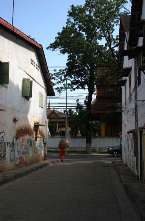 街上除僧侶外,很少見到本地人。