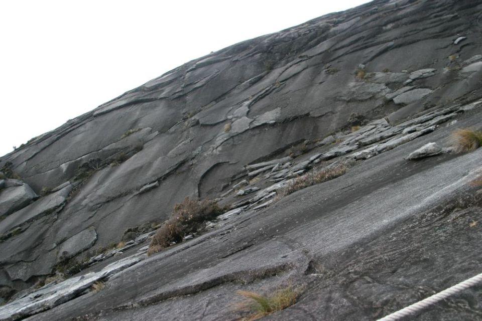 日出後,落山時清楚睇到,接近山頂的一段路的斜度足足有 40-45 度,所以一定要用繩索借力。