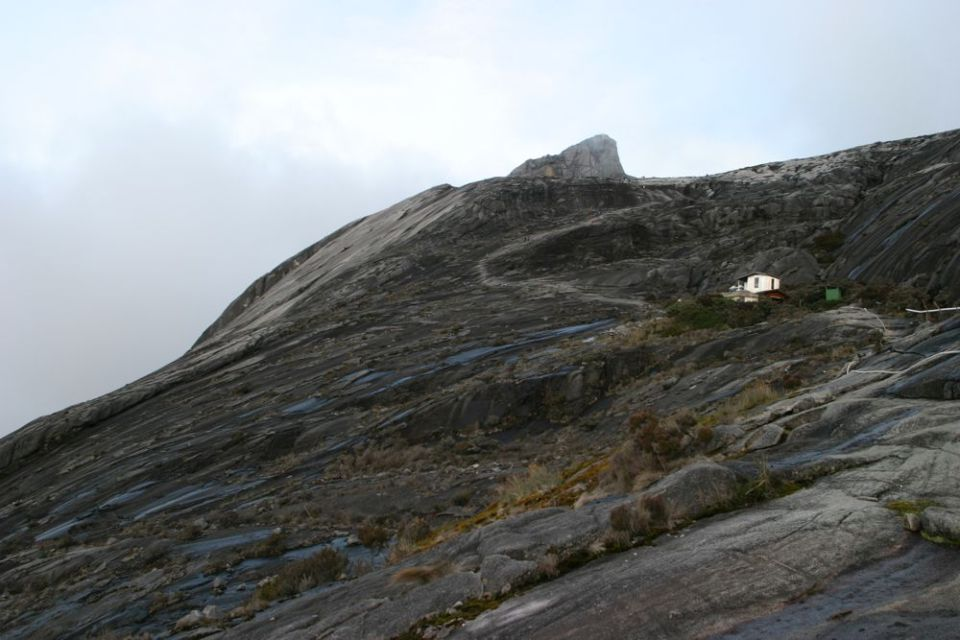 據登山指南及導遊所講,爬神山一般規定為兩日活動。神山最高位置係寸草不生嘅大岩石,冇明顯嘅路徑,因此要用繩索指示路線。部分路段斜度超過 45 度,需要靠繩索借力。離開旅館後我行得比人快,所以前路冇人,假如堆埋響其他登山客裏,去到需要攀繩索位置時,由於繩索得一條,就會「大塞車」。