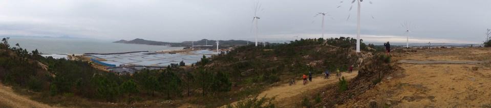 一條依山建築之 XC 路貫通風車群 -- 要飽覽風車島,要上至島最高處。從此地環顧,可看到島全貌及十多座風車發電機整齊列於山崗及海邊上。