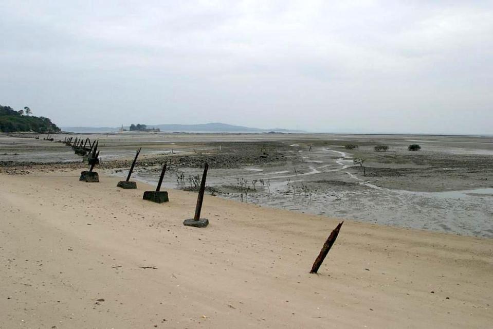 岸邊遺留不少戒嚴時之防衛設施。