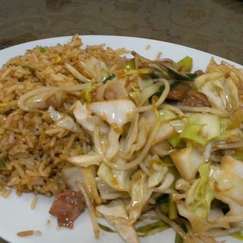 雞肉+菜配炒飯。