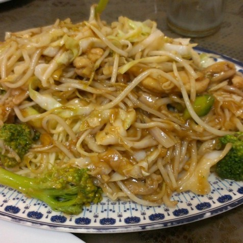 雞肉+菜配炒麵。