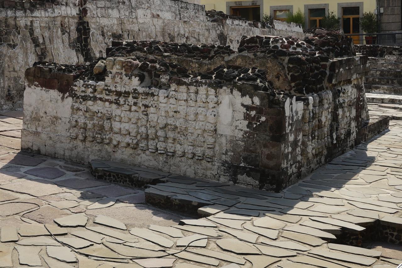遺址內的石頭像。