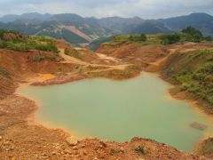 石礦場內,由地下水積聚的小湖。