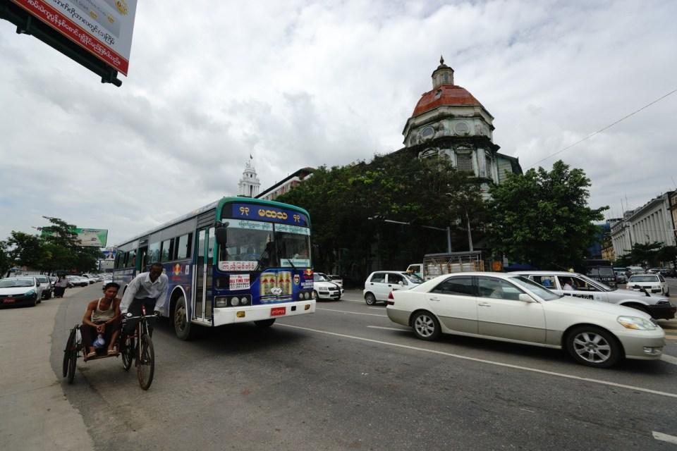 左邊的單車在仰光十分普遍,即是國內的「摩的」。
