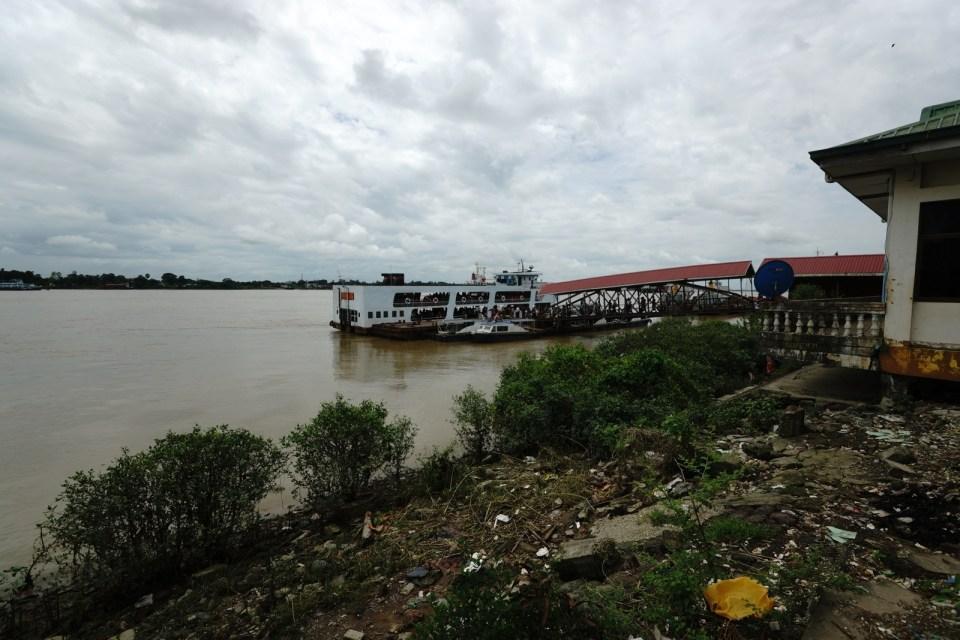 Yangon River 上的渡輪。