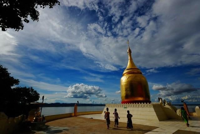 Bupaya Pagoda 位於 Irrawaddy river 旁。
