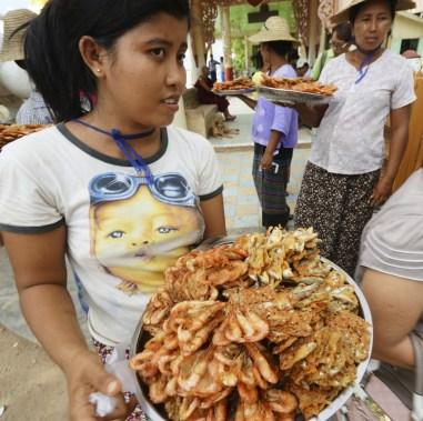 Bupaya Pagoda 外售賣炸河鮮女孩。