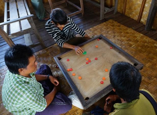 船伕趁我們到村莊遊覽時,與其他船伕玩類似康樂棋的玩意。