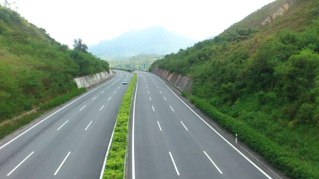從鄉道上下望 S30 高速公路。