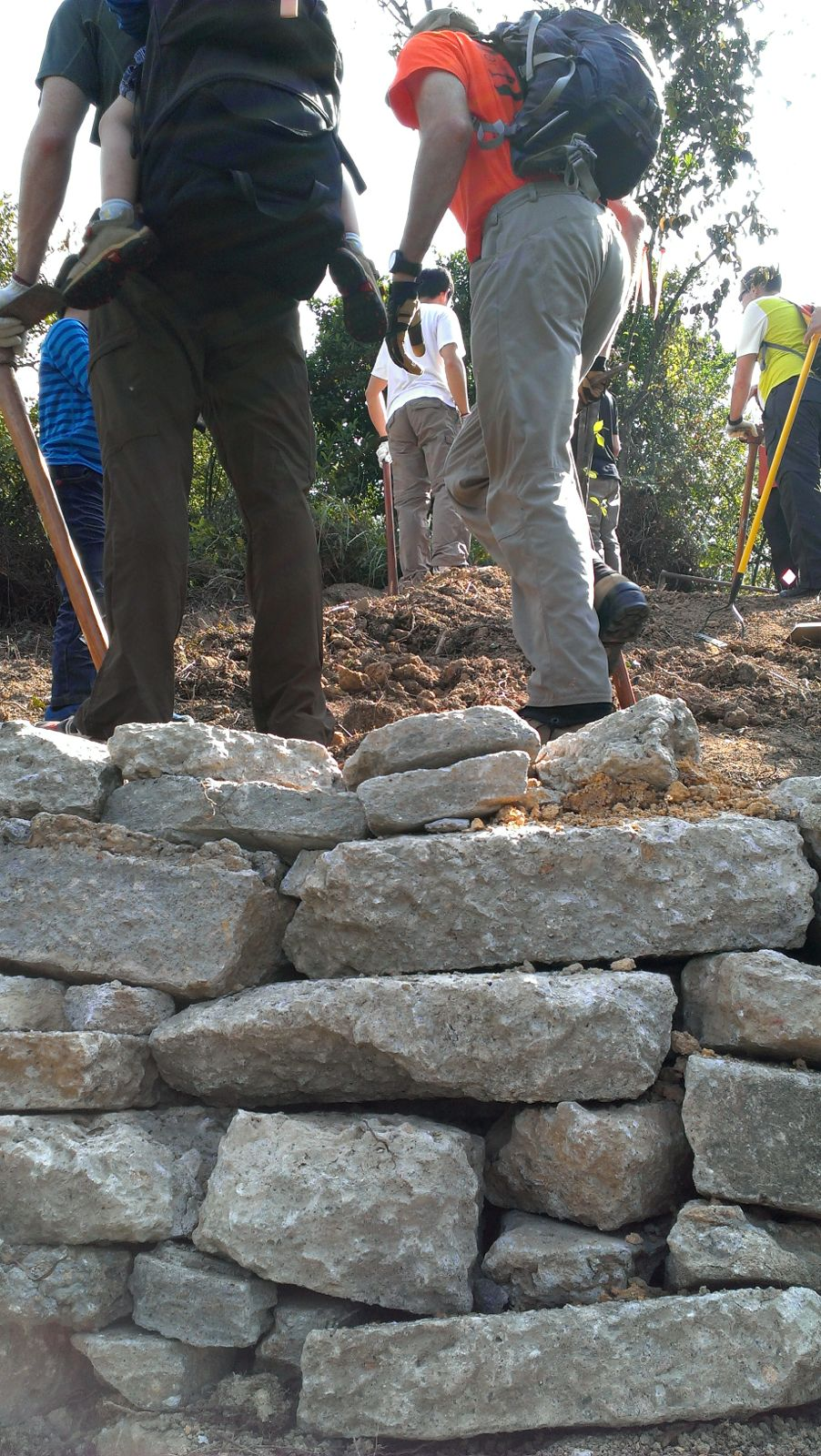 先砌石牆。