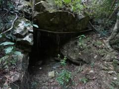 第五個洞位於井底瀑行山徑旁邊,只深一米。