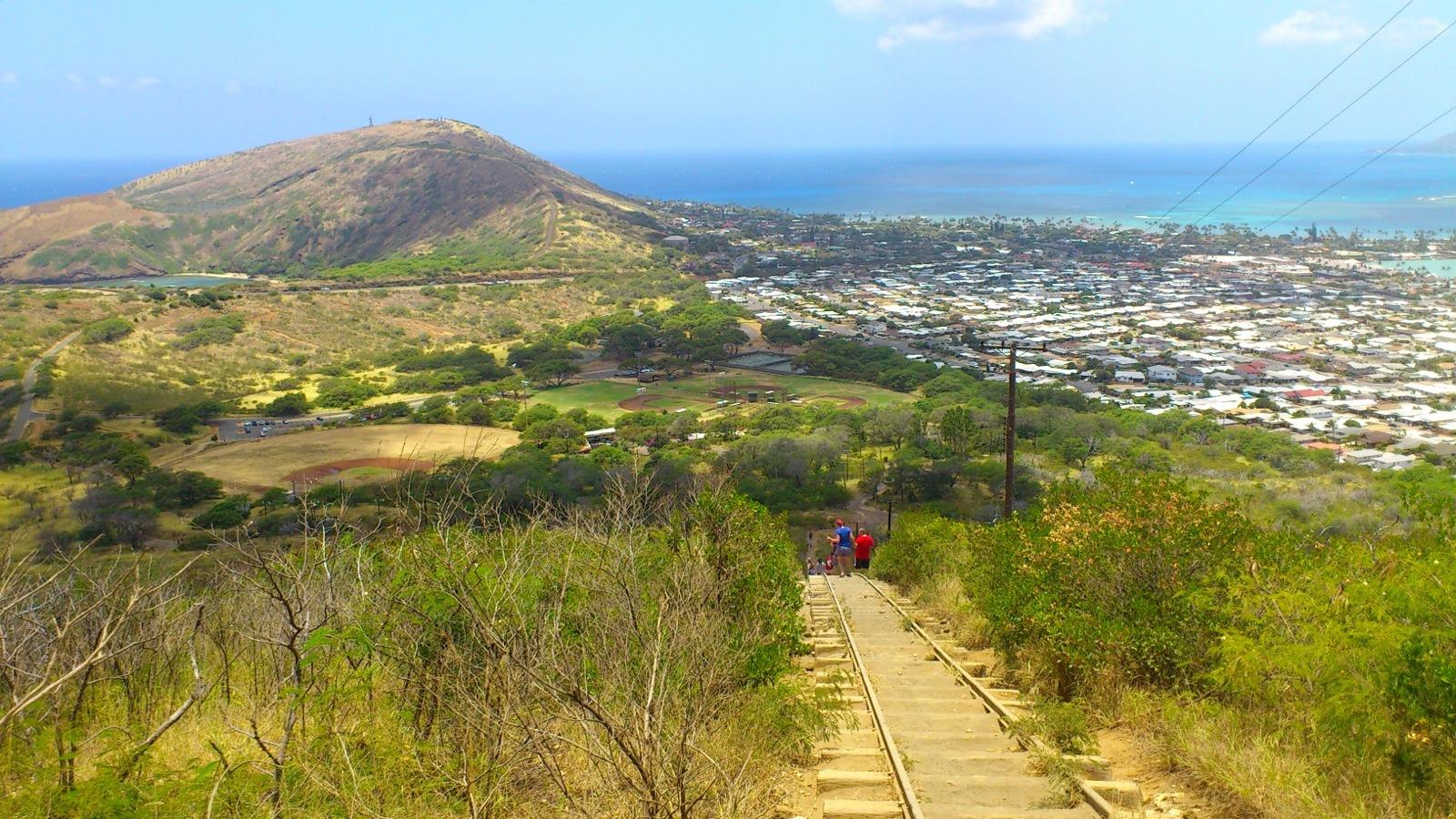 山下是 Oahu 島的 Hawaii Kai 住宅區。