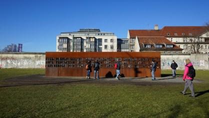 紀念過去試圖越過圍牆被殺的死者的紀念碑。