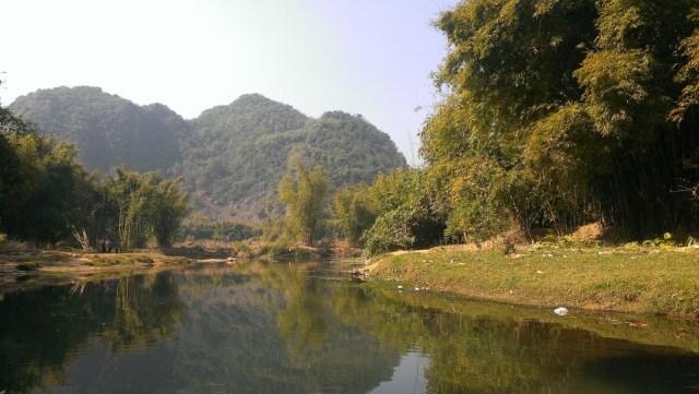 彭家祠外的小河下游就是溶洞「洞天仙境」。