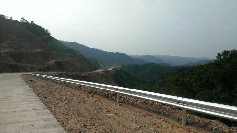 興建中的公路依山而建,在山嶺伸延數公里。