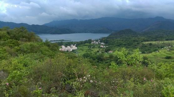 多踩幾分鐘,可見山下担水坑村。