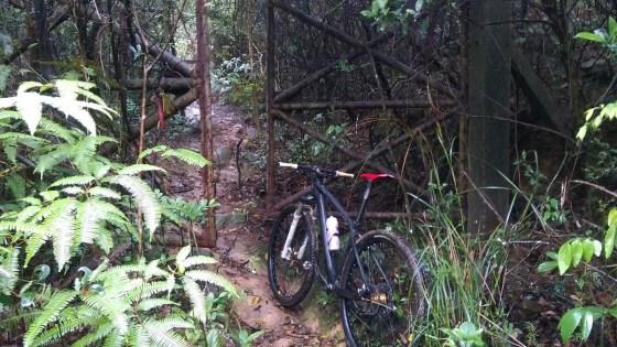 鐵閘 = 接近紅花嶺山坳。
