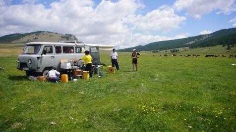 隨隊出發的俄羅斯製四驅越野車,載了幾天的食物和物資。