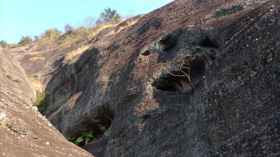 從裂縫攀上至百多米,可見裂縫裏有大小不一的洞穴。