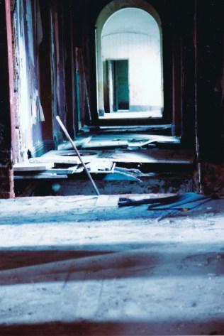 建築物已嚴重損壞,二樓走廊穿底,一不小心,直墜地下。