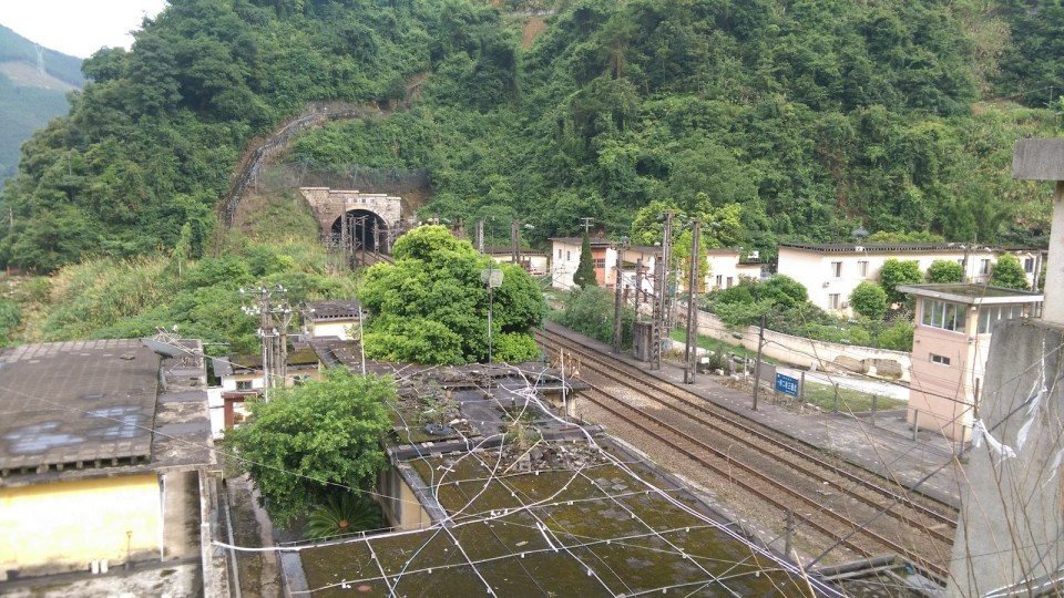 「一停二看三通過」-- 大瑤山隧道是軍事禁區,有軍隊駐守。